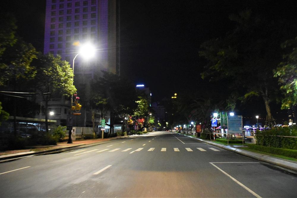 Những con phố lặng thinh trong đêm cuối tuần cách ly xã hội ở Đà Nẵng - Ảnh 10.