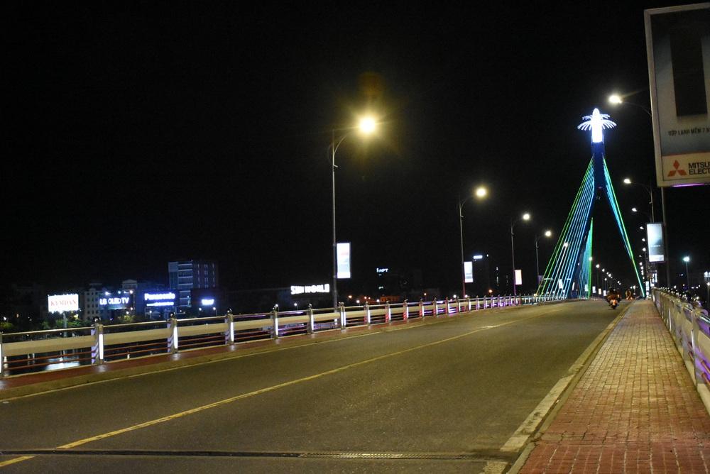 Những con phố lặng thinh trong đêm cuối tuần cách ly xã hội ở Đà Nẵng - Ảnh 12.