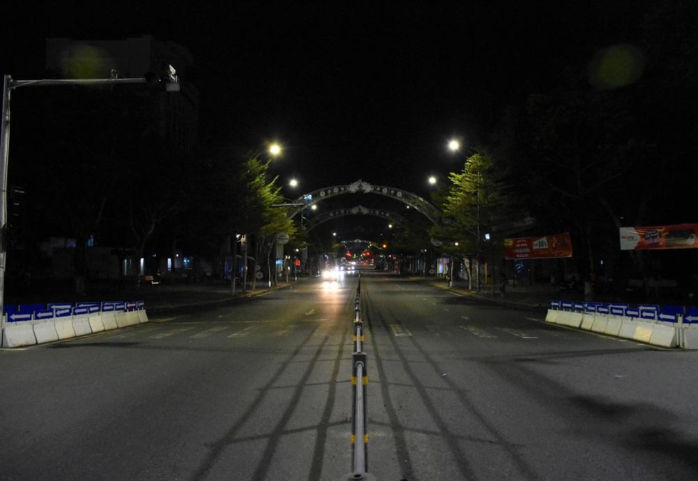 Những con phố lặng thinh trong đêm cuối tuần cách ly xã hội ở Đà Nẵng - Ảnh 14.