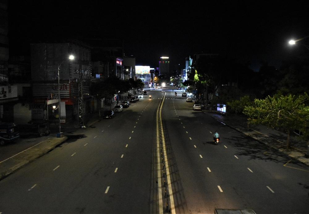 Những con phố lặng thinh trong đêm cuối tuần cách ly xã hội ở Đà Nẵng - Ảnh 11.