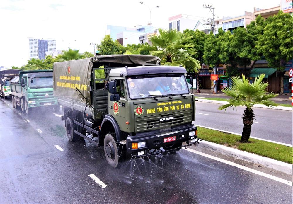 Cận cảnh Binh chủng hóa học phun khử khuẩn từng gốc cây, ngọn cỏ trên đường phố Đà Nẵng - Ảnh 10.