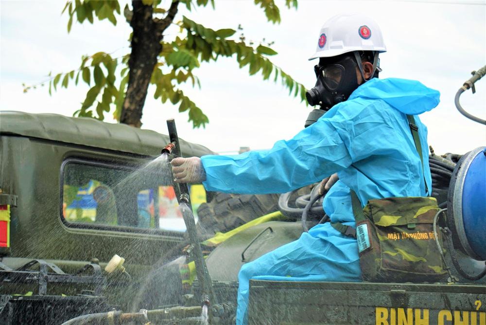 Cận cảnh Binh chủng hóa học phun khử khuẩn từng gốc cây, ngọn cỏ trên đường phố Đà Nẵng - Ảnh 19.