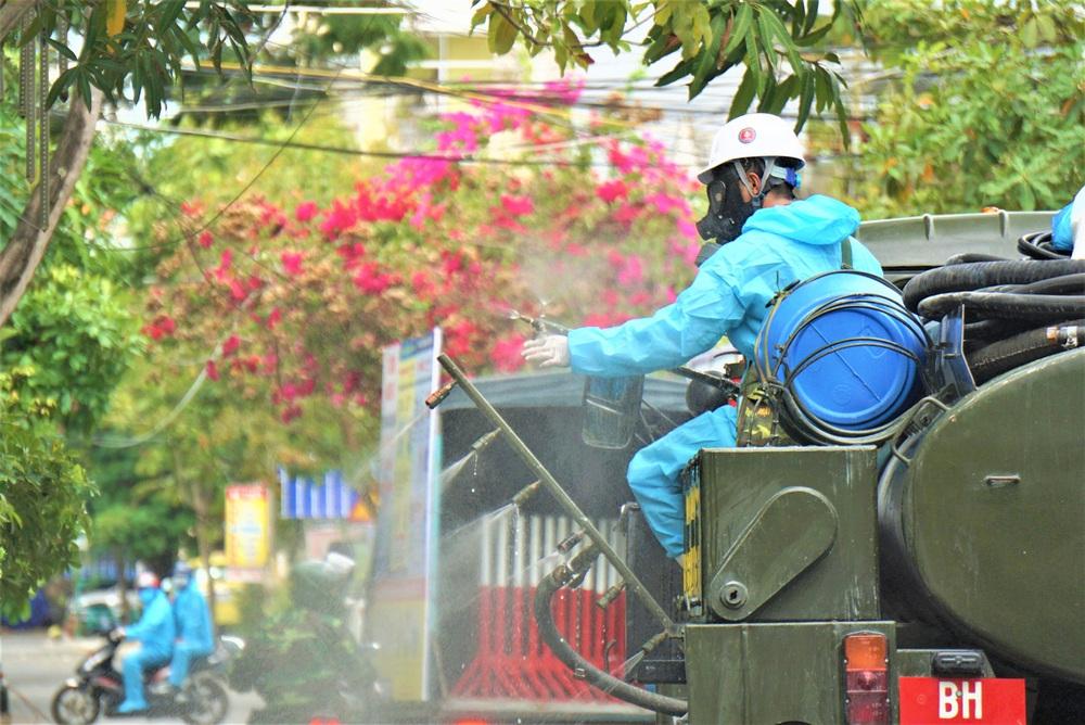 Cận cảnh Binh chủng hóa học phun khử khuẩn từng gốc cây, ngọn cỏ trên đường phố Đà Nẵng - Ảnh 13.