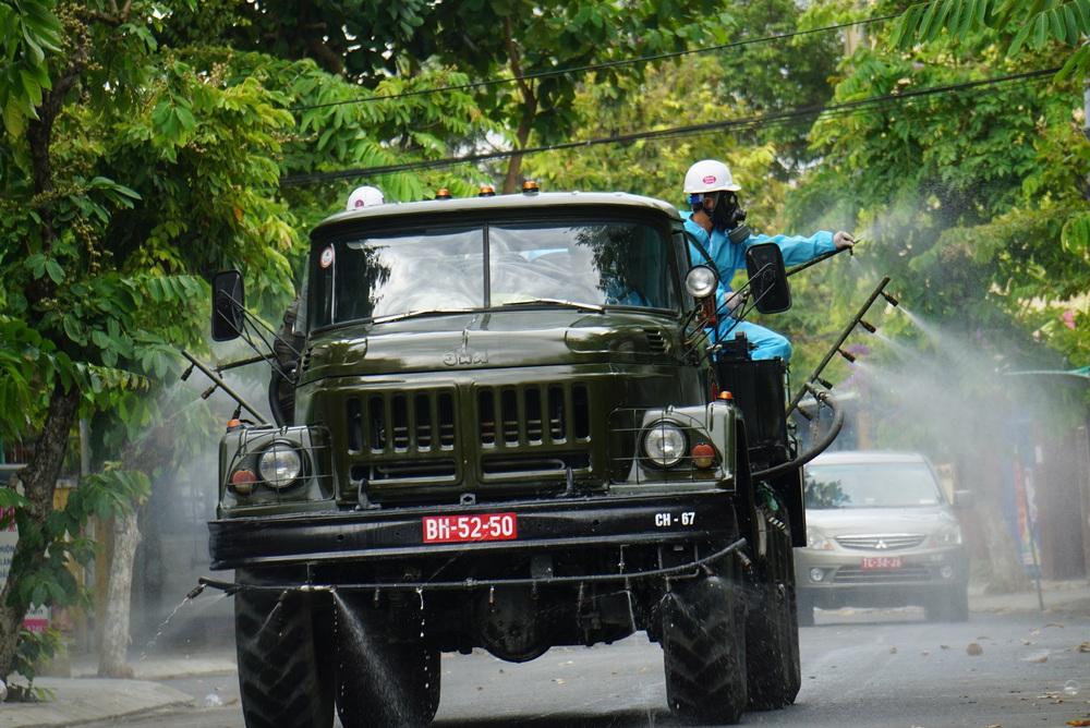 Cận cảnh Binh chủng hóa học phun khử khuẩn từng gốc cây, ngọn cỏ trên đường phố Đà Nẵng - Ảnh 9.