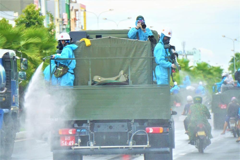 Cận cảnh Binh chủng hóa học phun khử khuẩn từng gốc cây, ngọn cỏ trên đường phố Đà Nẵng - Ảnh 18.
