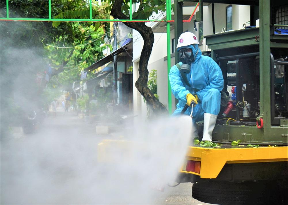 Cận cảnh Binh chủng hóa học phun khử khuẩn từng gốc cây, ngọn cỏ trên đường phố Đà Nẵng - Ảnh 8.