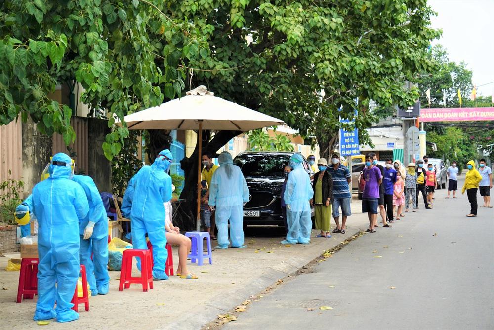 Người dân Đà Nẵng xếp hàng dài chờ xét nghiệm Covid-19 - Ảnh 2.
