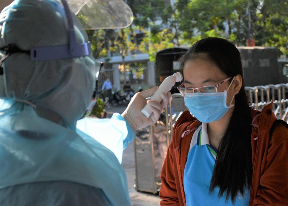 Ảnh: 11.000 sĩ tử ở Đà Nẵng được lấy mẫu xét nghiệm Covid-19 trước kỳ thi tốt nghiệp THPT 2020 đợt 2 - Ảnh 3.