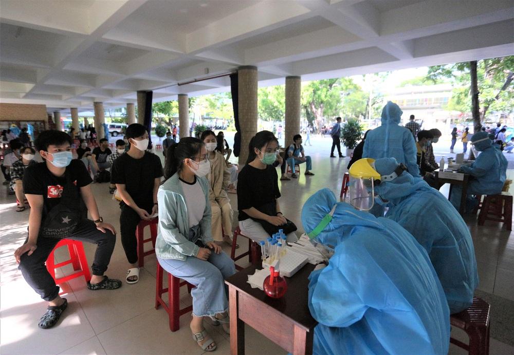 Ảnh: 11.000 sĩ tử ở Đà Nẵng được lấy mẫu xét nghiệm Covid-19 trước kỳ thi tốt nghiệp THPT 2020 đợt 2 - Ảnh 2.