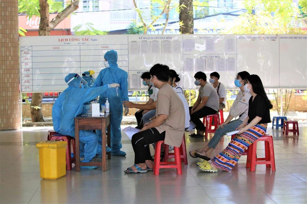 Ảnh: 11.000 sĩ tử ở Đà Nẵng được lấy mẫu xét nghiệm Covid-19 trước kỳ thi tốt nghiệp THPT 2020 đợt 2 - Ảnh 8.