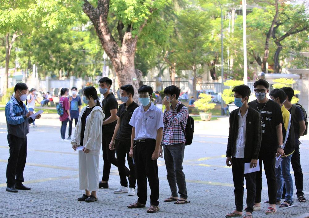 Ảnh: 11.000 sĩ tử ở Đà Nẵng được lấy mẫu xét nghiệm Covid-19 trước kỳ thi tốt nghiệp THPT 2020 đợt 2 - Ảnh 1.