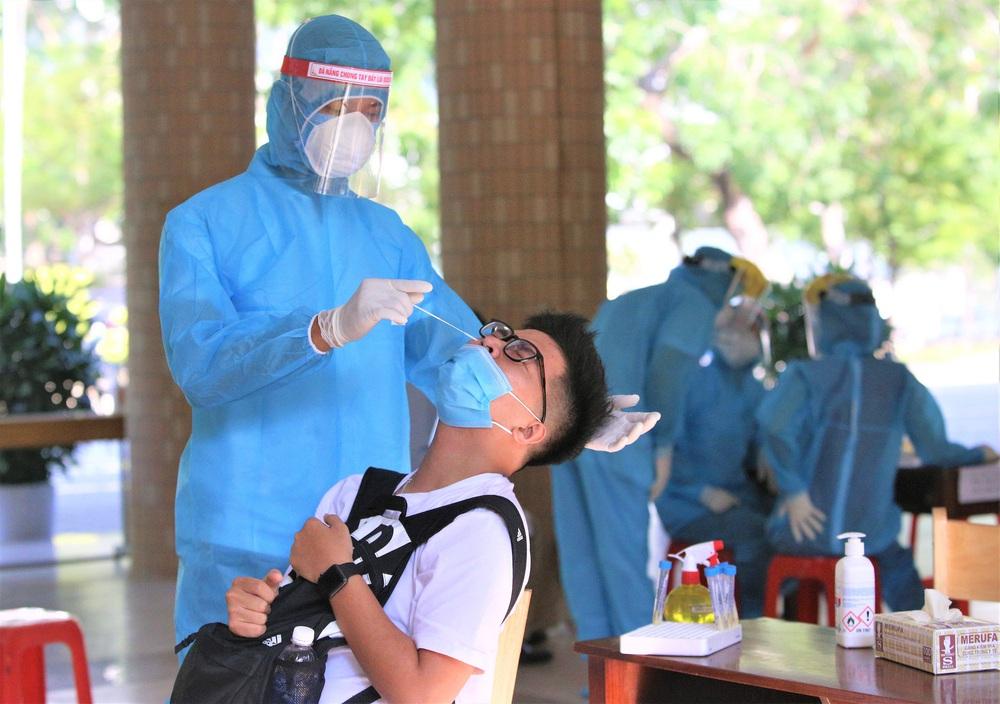Ảnh: 11.000 sĩ tử ở Đà Nẵng được lấy mẫu xét nghiệm Covid-19 trước kỳ thi tốt nghiệp THPT 2020 đợt 2 - Ảnh 10.
