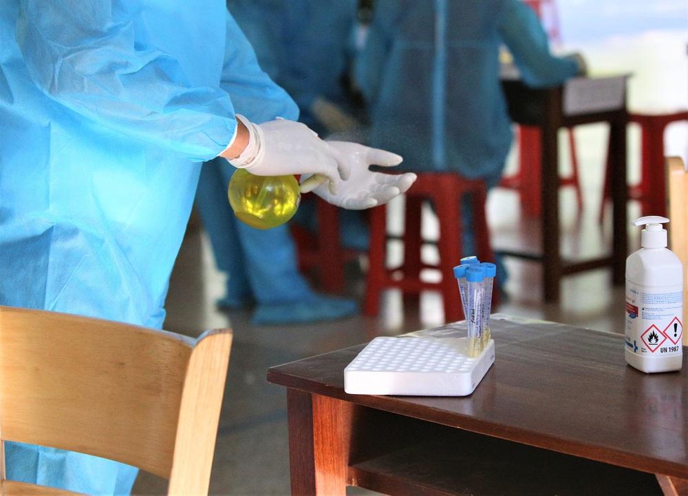 Ảnh: 11.000 sĩ tử ở Đà Nẵng được lấy mẫu xét nghiệm Covid-19 trước kỳ thi tốt nghiệp THPT 2020 đợt 2 - Ảnh 11.