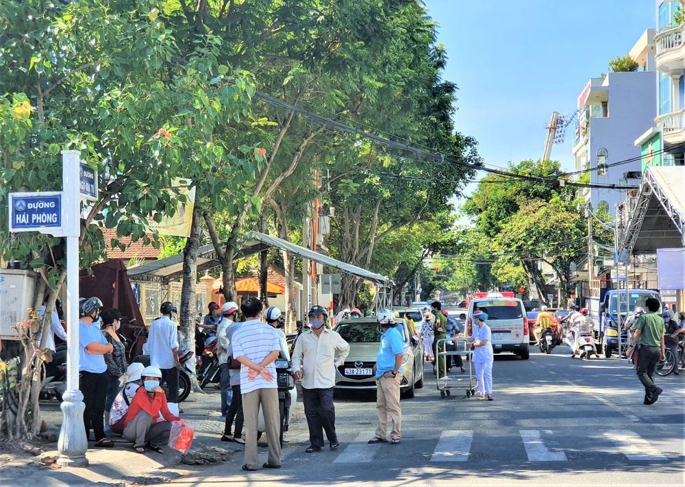 Bệnh viện C Đà Nẵng dỡ bỏ hàng rào phong tỏa, hàng trăm bệnh nhân hạnh phúc vì được về nhà - Ảnh 8.