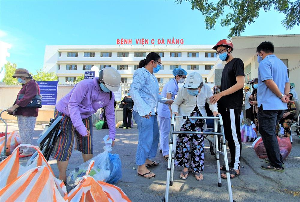 Bệnh viện C Đà Nẵng dỡ bỏ hàng rào phong tỏa, hàng trăm bệnh nhân hạnh phúc vì được về nhà - Ảnh 1.
