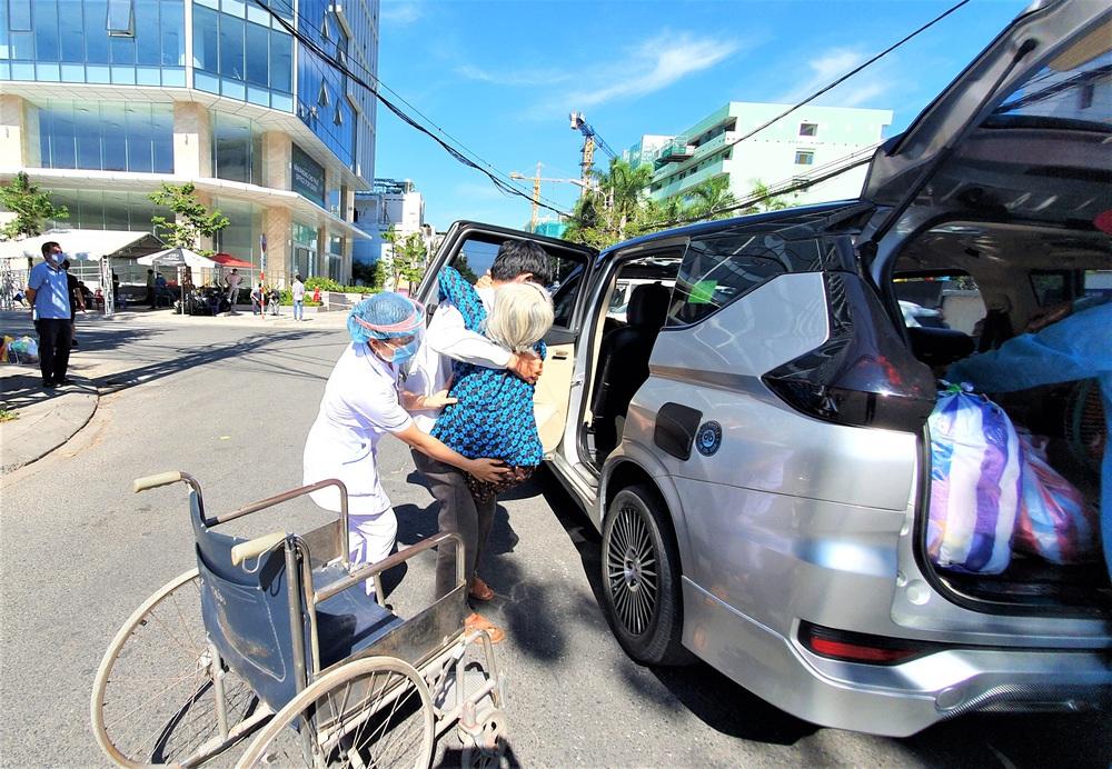 Bệnh viện C Đà Nẵng dỡ bỏ hàng rào phong tỏa, hàng trăm bệnh nhân hạnh phúc vì được về nhà - Ảnh 10.