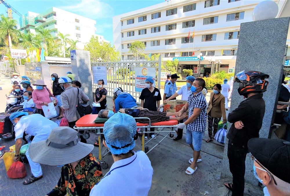 Bệnh viện C Đà Nẵng dỡ bỏ hàng rào phong tỏa, hàng trăm bệnh nhân hạnh phúc vì được về nhà - Ảnh 6.
