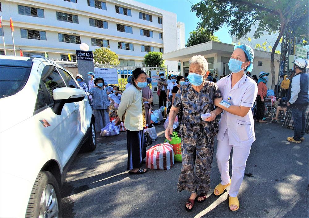 Bệnh viện C Đà Nẵng dỡ bỏ hàng rào phong tỏa, hàng trăm bệnh nhân hạnh phúc vì được về nhà - Ảnh 5.