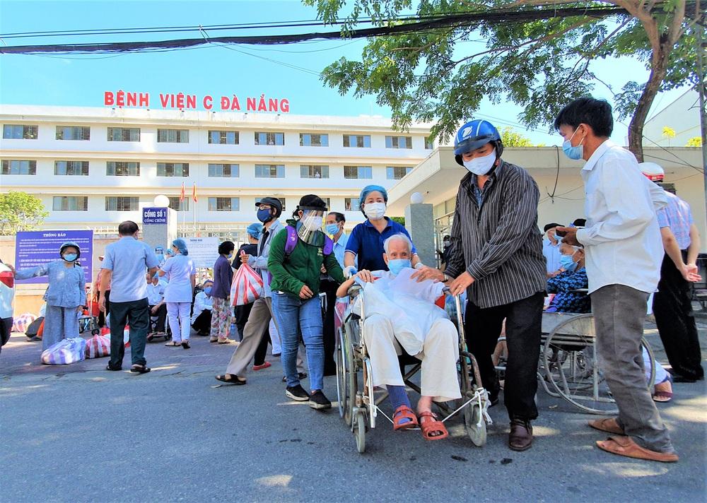 Bệnh viện C Đà Nẵng dỡ bỏ hàng rào phong tỏa, hàng trăm bệnh nhân hạnh phúc vì được về nhà - Ảnh 3.