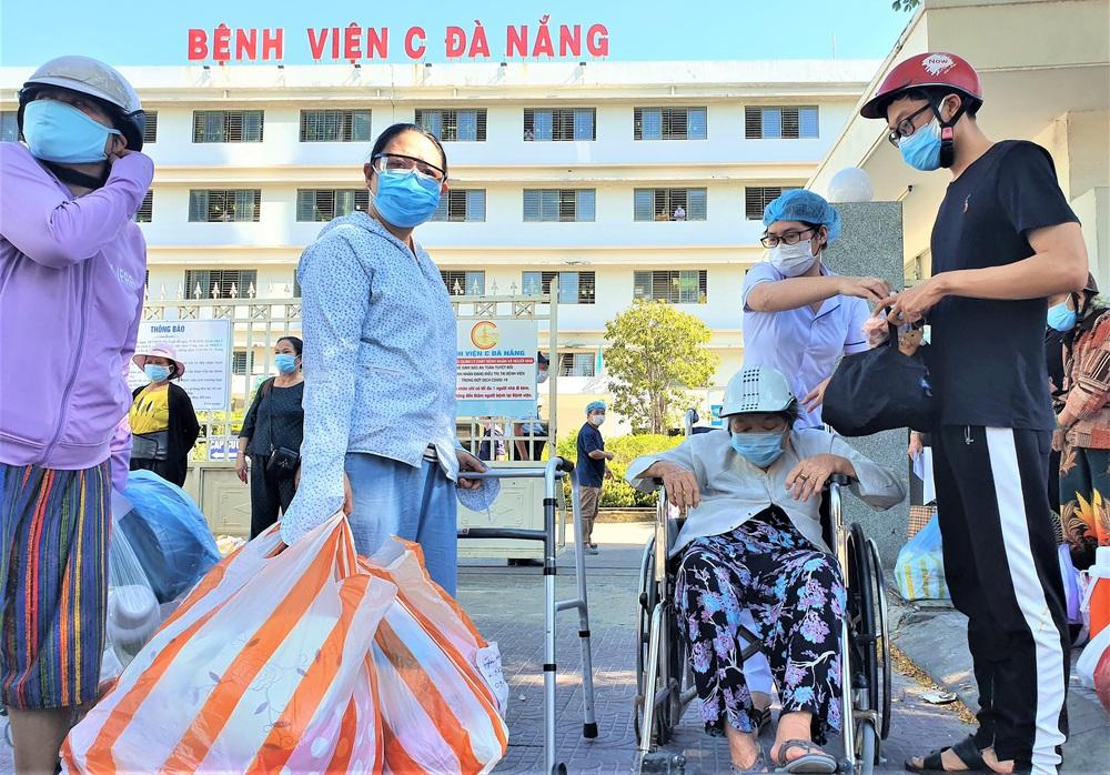 Bệnh viện C Đà Nẵng dỡ bỏ hàng rào phong tỏa, hàng trăm bệnh nhân hạnh phúc vì được về nhà - Ảnh 9.