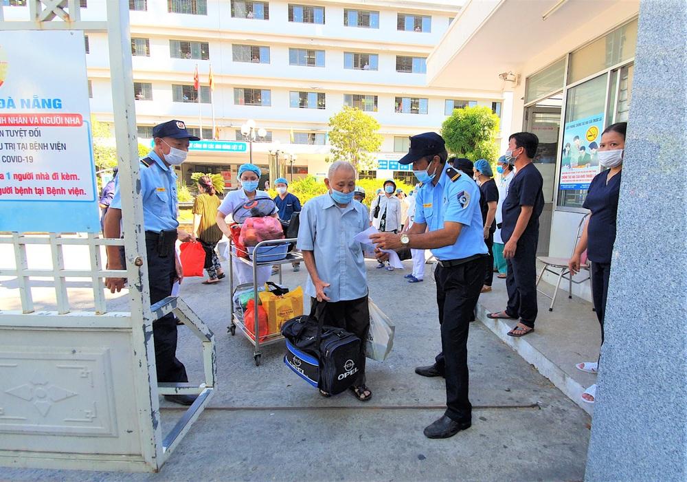 Bệnh viện C Đà Nẵng dỡ bỏ hàng rào phong tỏa, hàng trăm bệnh nhân hạnh phúc vì được về nhà - Ảnh 2.