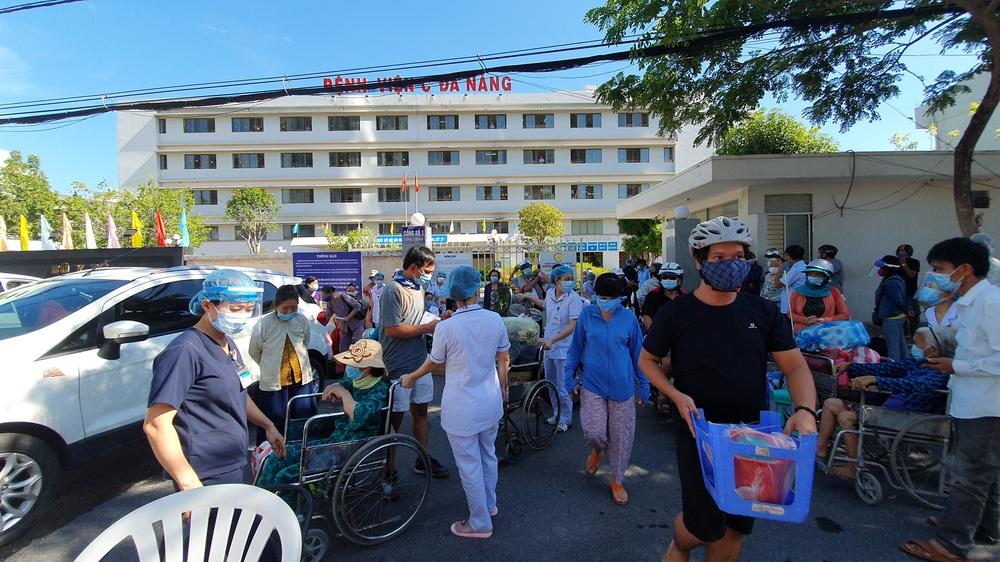 Bệnh viện C Đà Nẵng dỡ bỏ hàng rào phong tỏa, hàng trăm bệnh nhân hạnh phúc vì được về nhà - Ảnh 7.