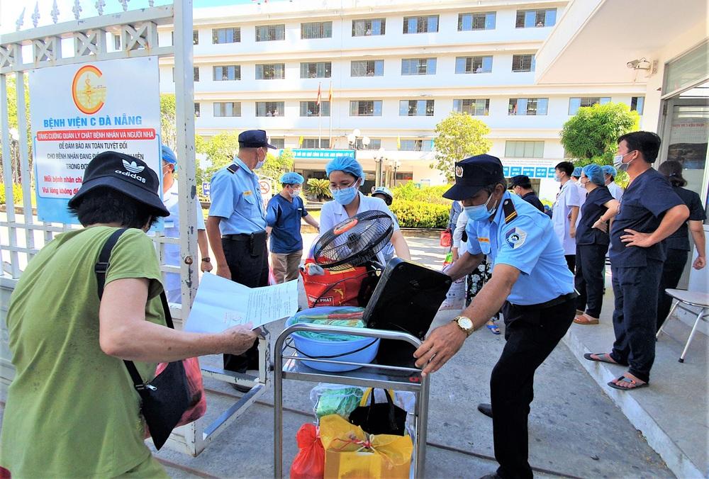 Bệnh viện C Đà Nẵng dỡ bỏ hàng rào phong tỏa, hàng trăm bệnh nhân hạnh phúc vì được về nhà - Ảnh 4.