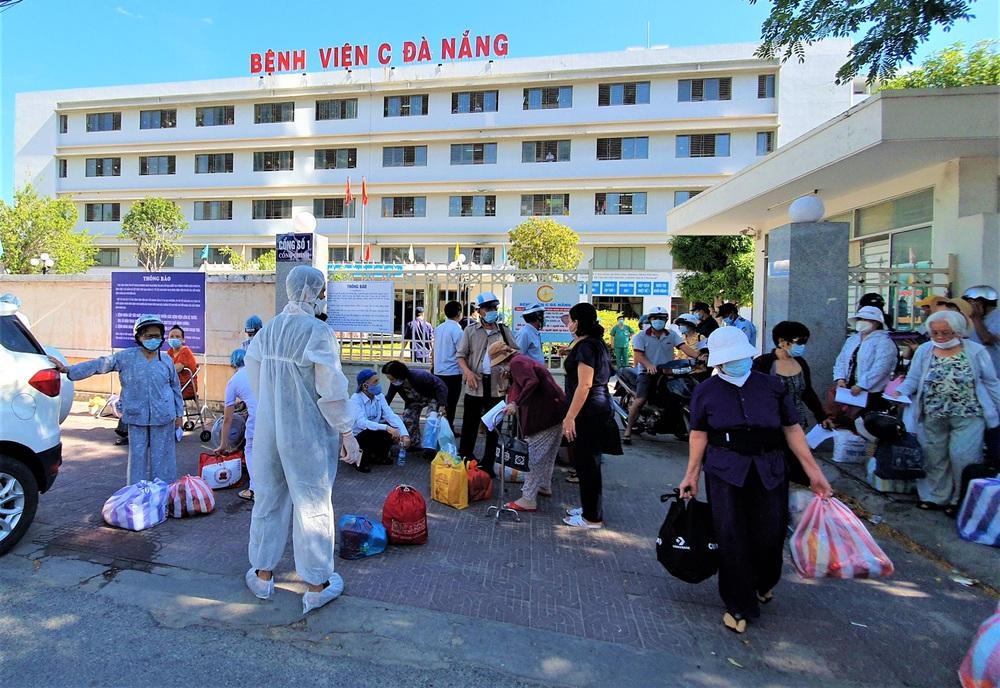 Bệnh viện C Đà Nẵng dỡ bỏ hàng rào phong tỏa, hàng trăm bệnh nhân hạnh phúc vì được về nhà - Ảnh 11.