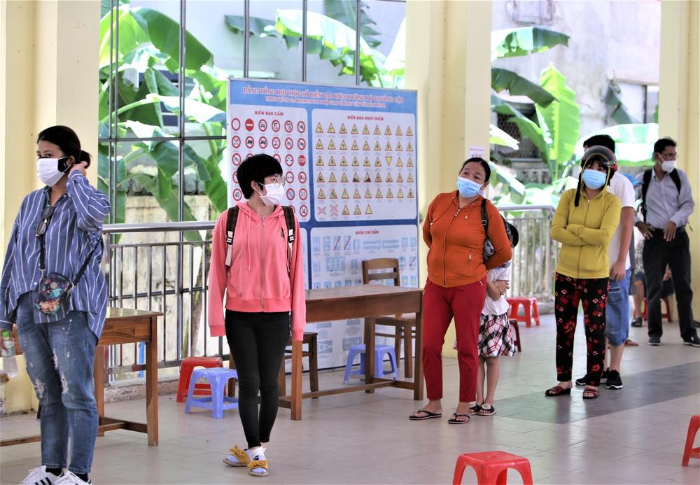 Ảnh: 760 du khách bị mắc kẹt ở Đà Nẵng do dịch Covid-19 được lấy mẫu xét nghiệm trước khi bay về TP.HCM - Ảnh 7.