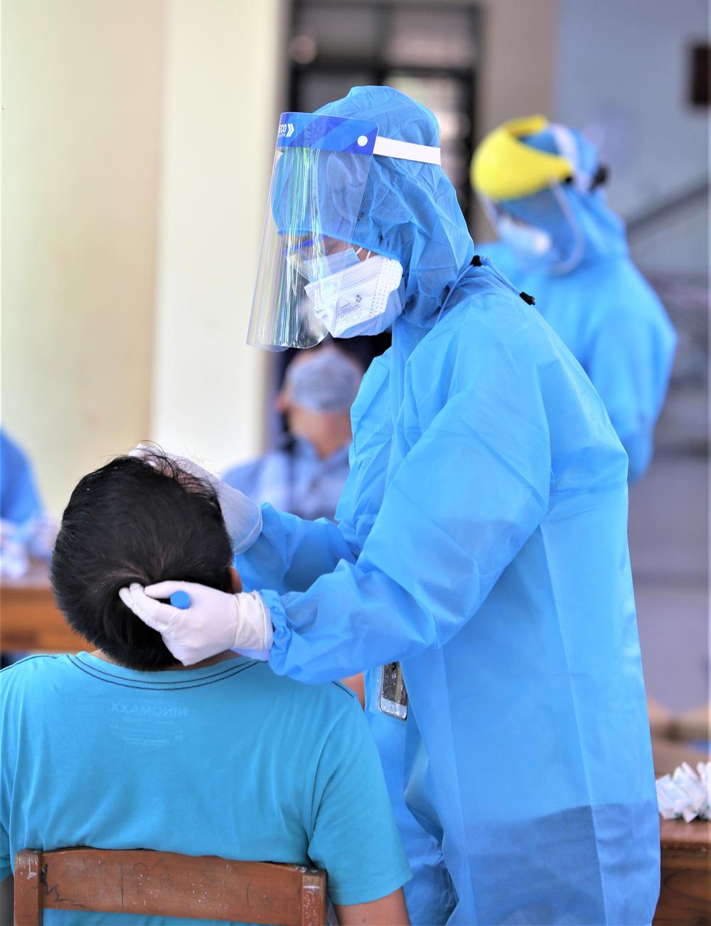 Ảnh: 760 du khách bị mắc kẹt ở Đà Nẵng do dịch Covid-19 được lấy mẫu xét nghiệm trước khi bay về TP.HCM - Ảnh 10.