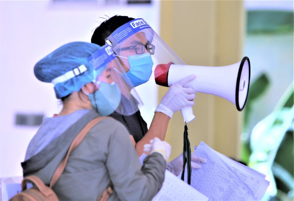 Ảnh: 760 du khách bị mắc kẹt ở Đà Nẵng do dịch Covid-19 được lấy mẫu xét nghiệm trước khi bay về TP.HCM - Ảnh 6.