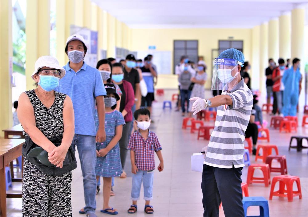 Ảnh: 760 du khách bị mắc kẹt ở Đà Nẵng do dịch Covid-19 được lấy mẫu xét nghiệm trước khi bay về TP.HCM - Ảnh 1.