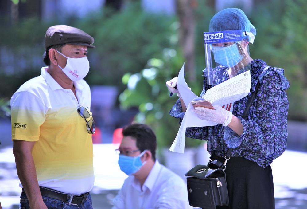 Ảnh: 760 du khách bị mắc kẹt ở Đà Nẵng do dịch Covid-19 được lấy mẫu xét nghiệm trước khi bay về TP.HCM - Ảnh 4.