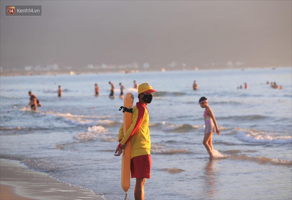 Ảnh: Hàng nghìn người dân Đà Nẵng hào hứng tắm biển sáng sớm sau 45 ngày phải cách ly vì Covid-19 - Ảnh 12.
