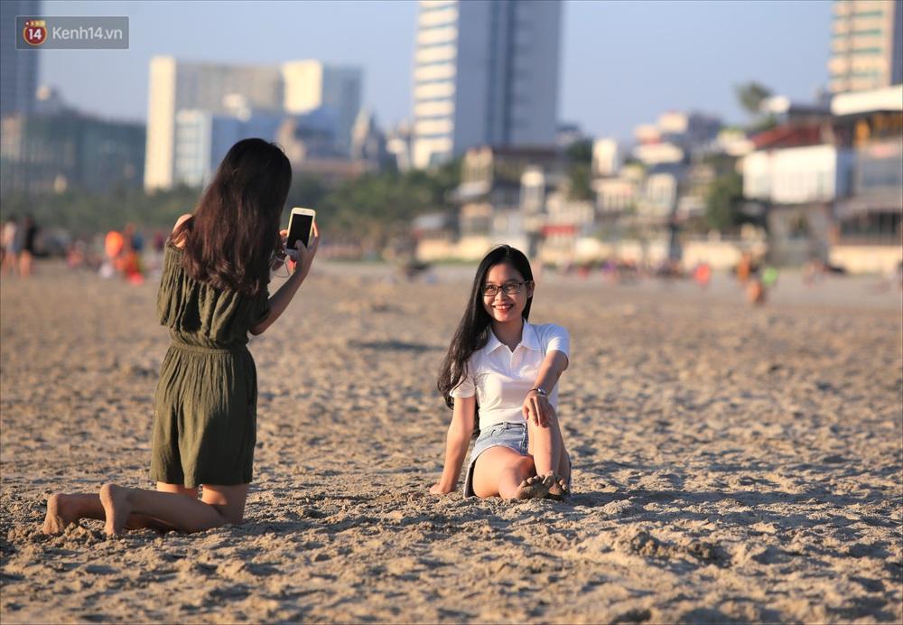 Ảnh: Hàng nghìn người dân Đà Nẵng hào hứng tắm biển sáng sớm sau 45 ngày phải cách ly vì Covid-19 - Ảnh 8.
