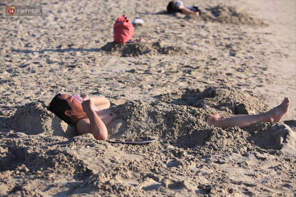 Ảnh: Hàng nghìn người dân Đà Nẵng hào hứng tắm biển sáng sớm sau 45 ngày phải cách ly vì Covid-19 - Ảnh 9.