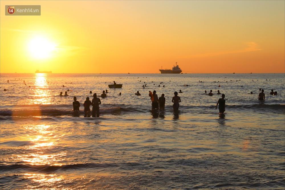 Ảnh: Hàng nghìn người dân Đà Nẵng hào hứng tắm biển sáng sớm sau 45 ngày phải cách ly vì Covid-19 - Ảnh 2.