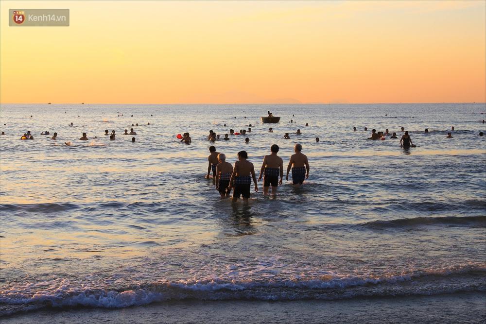 Ảnh: Hàng nghìn người dân Đà Nẵng hào hứng tắm biển sáng sớm sau 45 ngày phải cách ly vì Covid-19 - Ảnh 5.