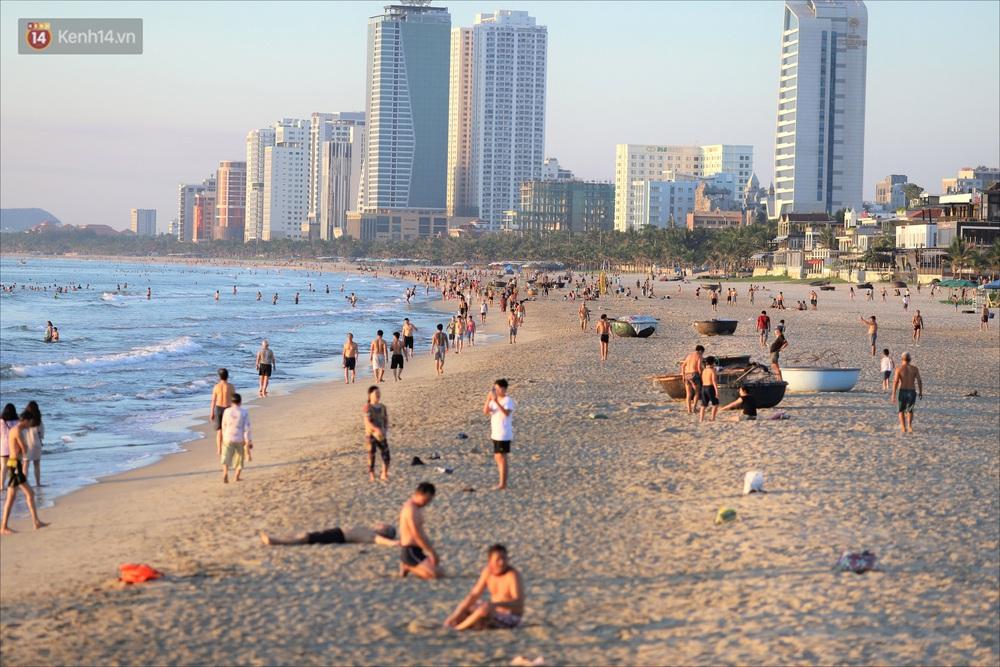 Ảnh: Hàng nghìn người dân Đà Nẵng hào hứng tắm biển sáng sớm sau 45 ngày phải cách ly vì Covid-19 - Ảnh 3.