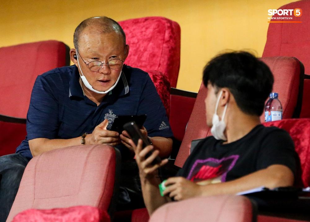 HLV Park Hang-seo gặp rắc rối với tai nghe không dây, phải cầu cứu trợ lý trẻ tuổi - Ảnh 2.
