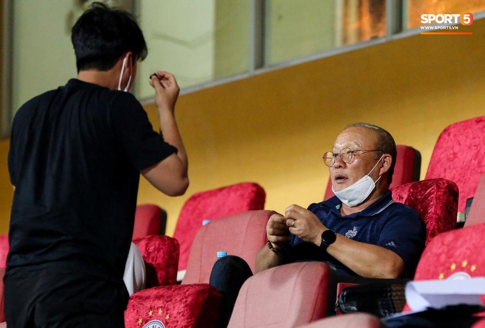 HLV Park Hang-seo gặp rắc rối với tai nghe không dây, phải cầu cứu trợ lý trẻ tuổi - Ảnh 4.