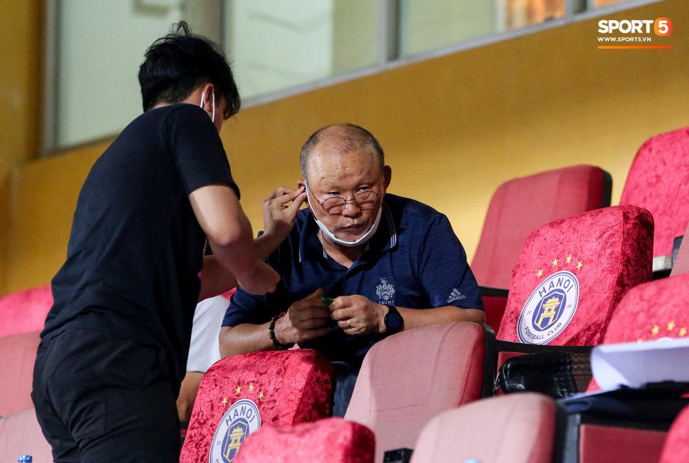 HLV Park Hang-seo gặp rắc rối với tai nghe không dây, phải cầu cứu trợ lý trẻ tuổi - Ảnh 5.