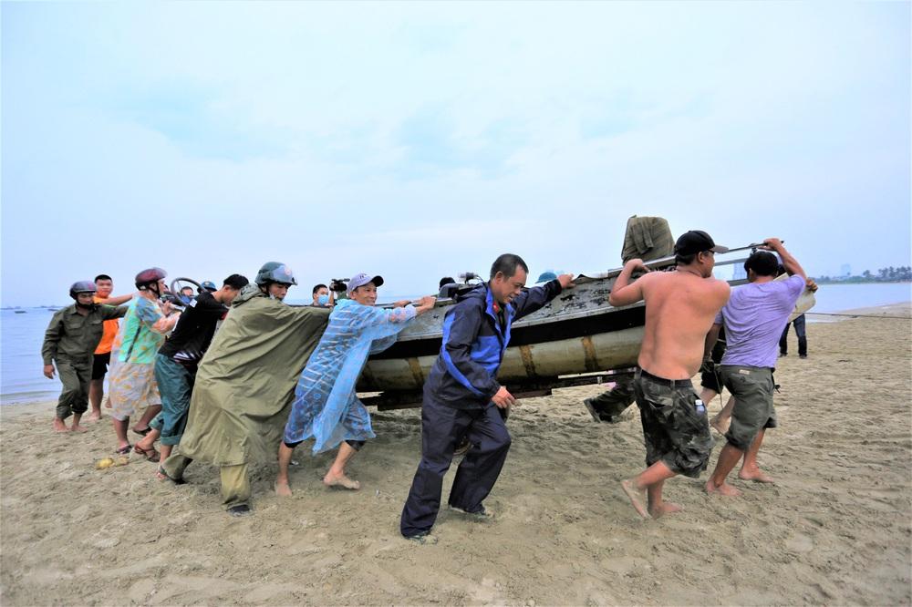 Ảnh: Sau Covid-19, người dân Đà Nẵng lại hối hả chống bão số 5 - Ảnh 1.