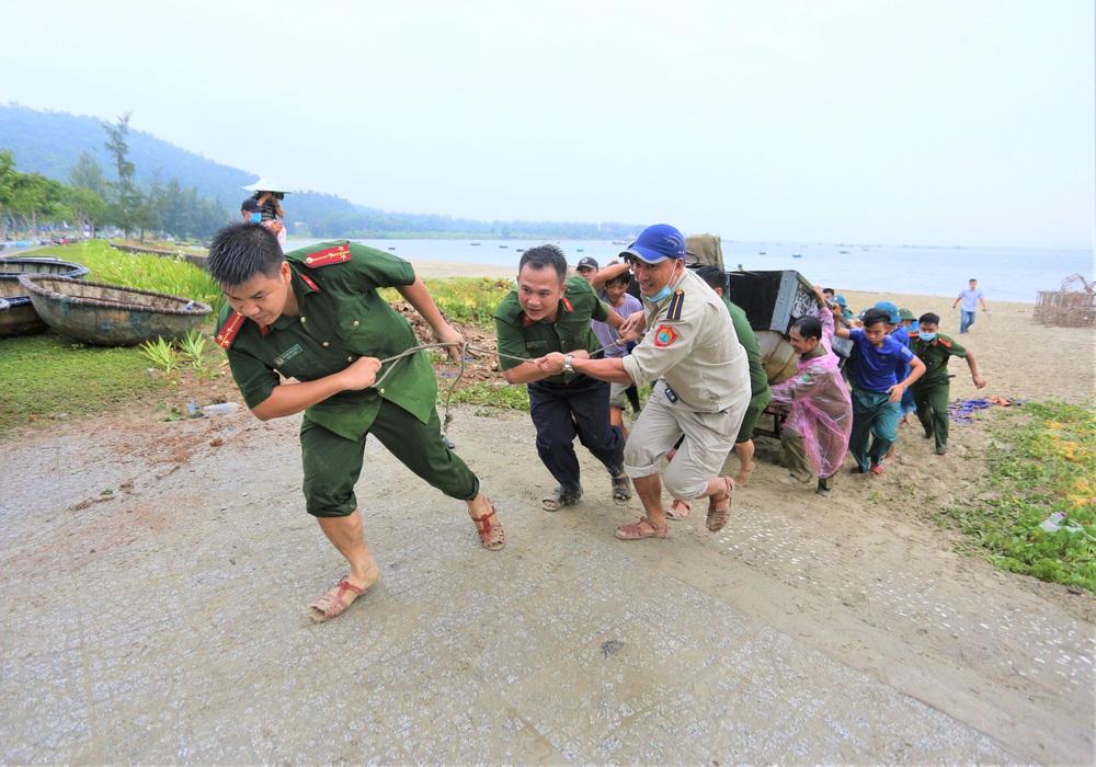 Ảnh: Sau Covid-19, người dân Đà Nẵng lại hối hả chống bão số 5 - Ảnh 3.