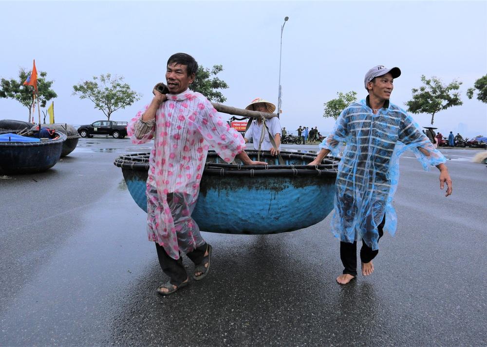 Ảnh: Sau Covid-19, người dân Đà Nẵng lại hối hả chống bão số 5 - Ảnh 5.