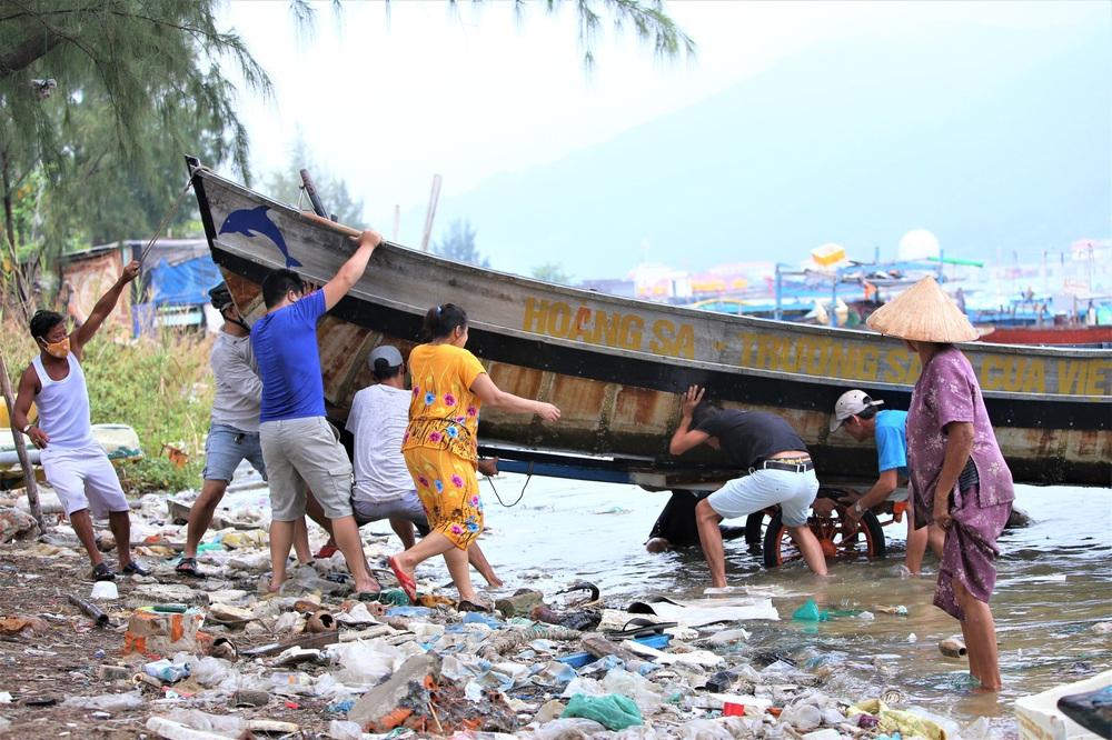 Ảnh: Sau Covid-19, người dân Đà Nẵng lại hối hả chống bão số 5 - Ảnh 7.