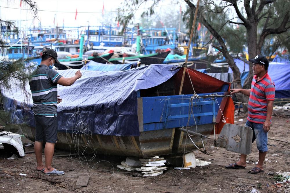 Ảnh: Sau Covid-19, người dân Đà Nẵng lại hối hả chống bão số 5 - Ảnh 16.