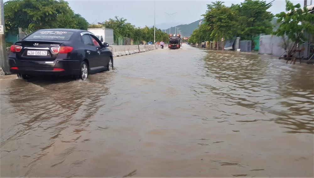 Đà Nẵng trong bão số 5: Mưa to kèm sấm chớp, nhiều tuyến đường ngập nước, cây đổ, cột điện gãy - Ảnh 4.