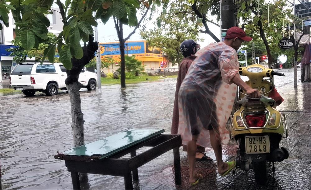 Đà Nẵng trong bão số 5: Mưa to kèm sấm chớp, nhiều tuyến đường ngập nước, cây đổ, cột điện gãy - Ảnh 7.