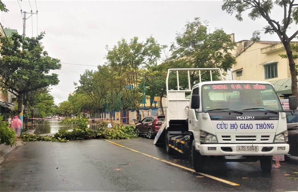 Đà Nẵng trong bão số 5: Mưa to kèm sấm chớp, nhiều tuyến đường ngập nước, cây đổ, cột điện gãy - Ảnh 8.